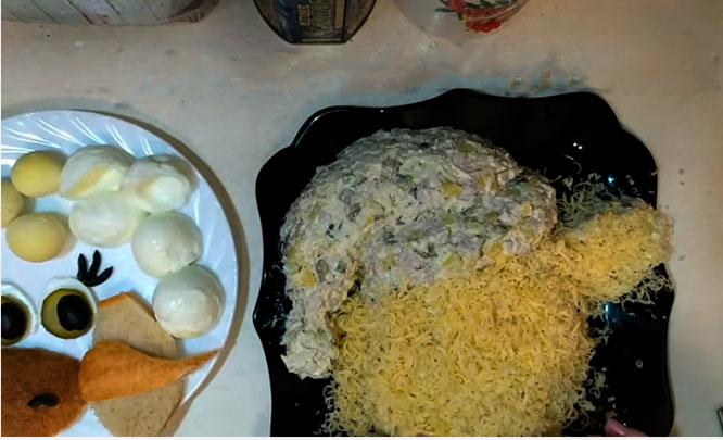 подготовка салата в виде бычка
